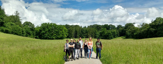 Minga Mentoring Andechs 2016: Group photo of students on a path trough a wide field